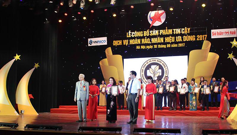 TTƯT Lê Thị Phương đại diện Trung tâm nhận danh hiệu Cup vàng 2017