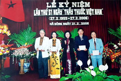 Bác sĩ Lê Thị Phương được trao tặng danh hiệu Thầy thuốc ưu tú
