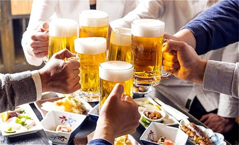 Người bị viêm amidan nên hạn chế uống bia, rượu trong 3 ngày Tết