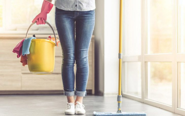 Sử dụng găng tay và che chắn cơ thể cẩn thận khi dọn dẹp nhà cửa
