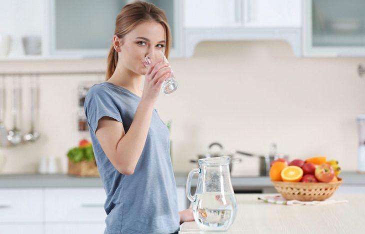 Uống nhiều nước ấm là giải pháp giúp bệnh nhân viêm xoang dễ chịu hơn trong ngày Tết