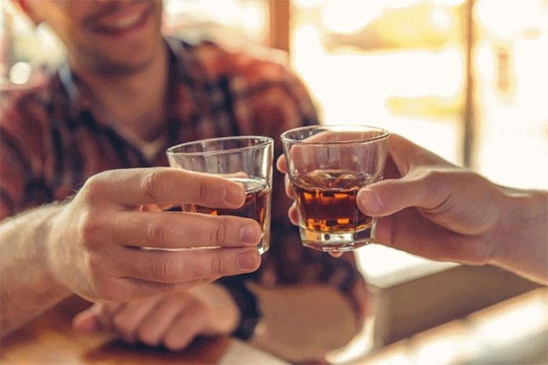 Người bị dạ dày tết không nên uống rượu, bia