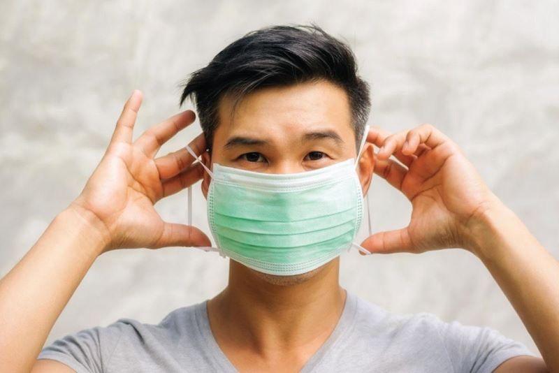 Luôn đeo khẩu trang mỗi khi ra ngoài đường để hạn chế vi khuẩn tấn công