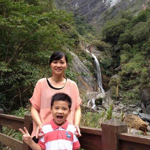 Chị Hoàng Thị Thanh Hằng và bệnh nhi viêm họng Trần Hoàng Nhật Anh