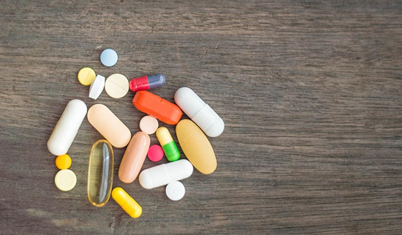 Dùng thuốc tây y giúp giảm nhanh triệu chứng viêm họng nhưng bệnh dễ tái phát