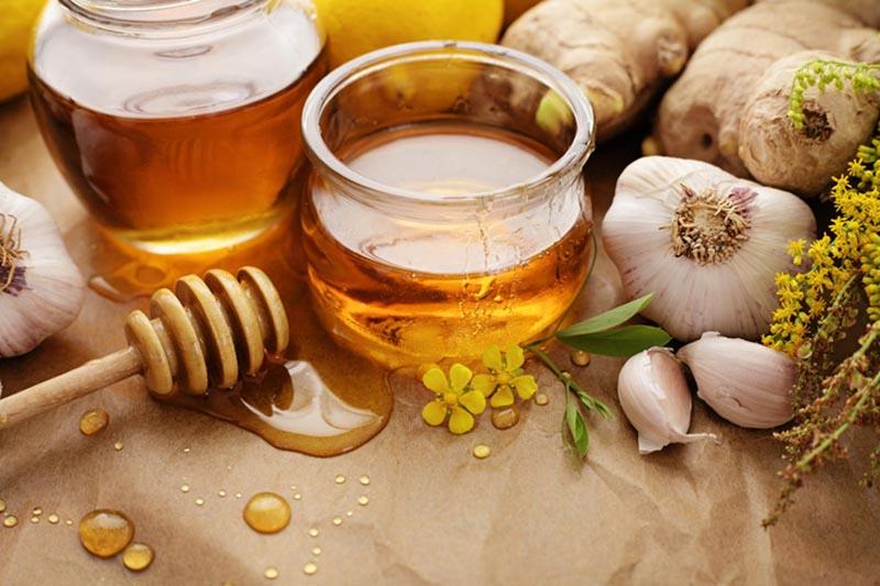 Có rất nhiều cách để kết hợp tỏi mật ong để chữa viêm họng tại nhà
