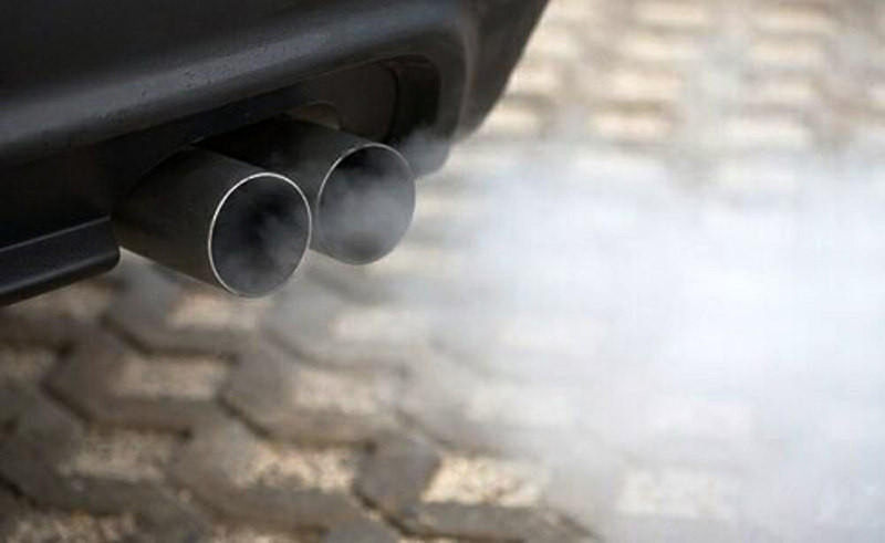 Hít nhiều khói bụi, khí thải cũng có thể gây viêm họng mãn tính
