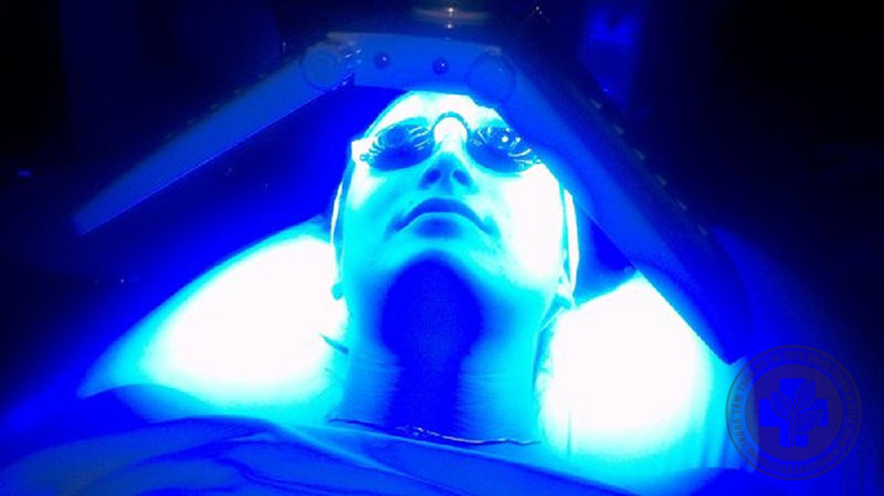 Liệu pháp ánh sáng sử dụng tia UVA, UVB để chữa lành tổn thương da