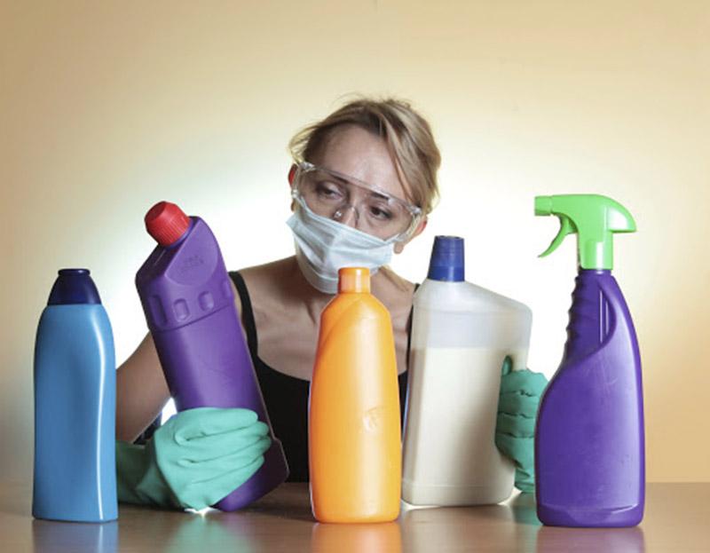 Hóa chất, chất tẩy rửa có thể là nguyên nhân gây nên các tình trạng viêm da như á sừng