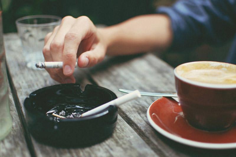Cà phê, thuốc lá và những chất kích thích khác có thể làm bệnh á sừng nặng hơn
