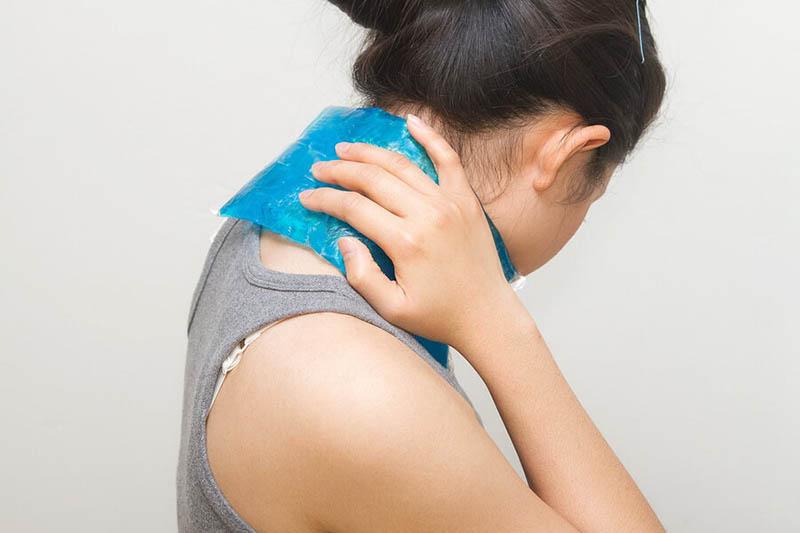 Chườm nóng vùng cổ, đầu để giảm đau nhức