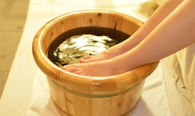 Ngâm chân bằng nước lá bàng vừa đơn giản, vừa hiệu quả