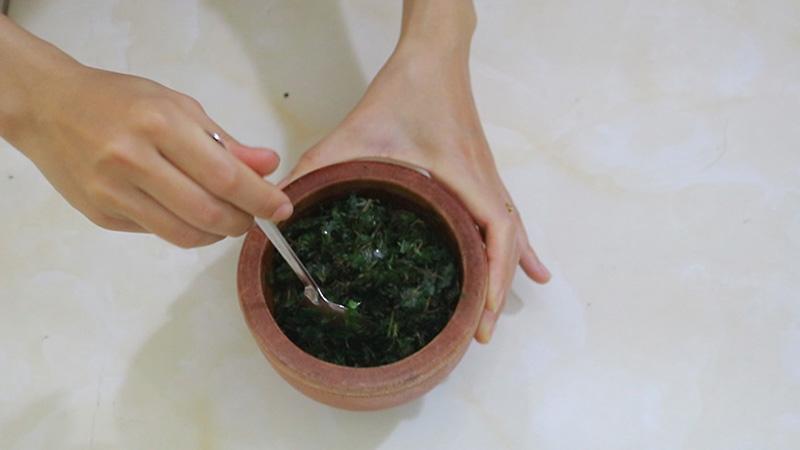 Sử dụng rau răm đắp ngoài là phương pháp chữa tổ đỉa đơn giản