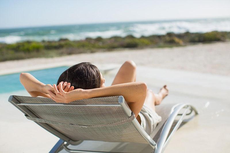 Tắm nắng tự nhiên để tác động bằng UVB từ ánh nắng mặt trời là một trong những giải pháp tối ưu