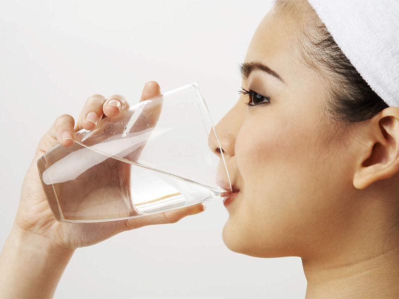 Vệ sinh răng miệng sạch sẽ, súc miệng bằng nước muối và uống đủ nước hàng ngày