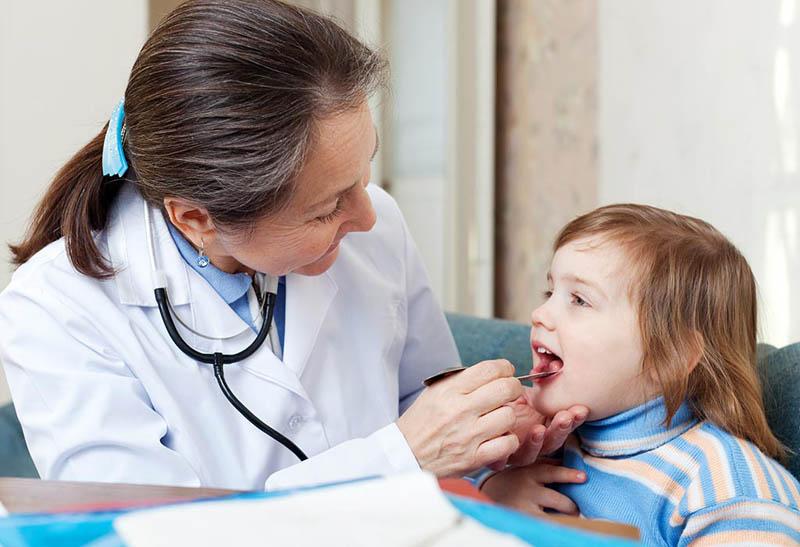 Khám và dùng thuốc điều trị viêm họng hạt theo chỉ định của bác sĩ