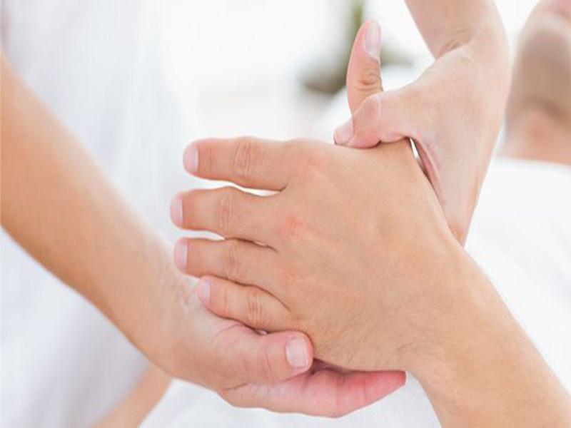Biến chứng đau khớp ở bệnh vảy nến gây giảm vận động cầm nắm, đi lại