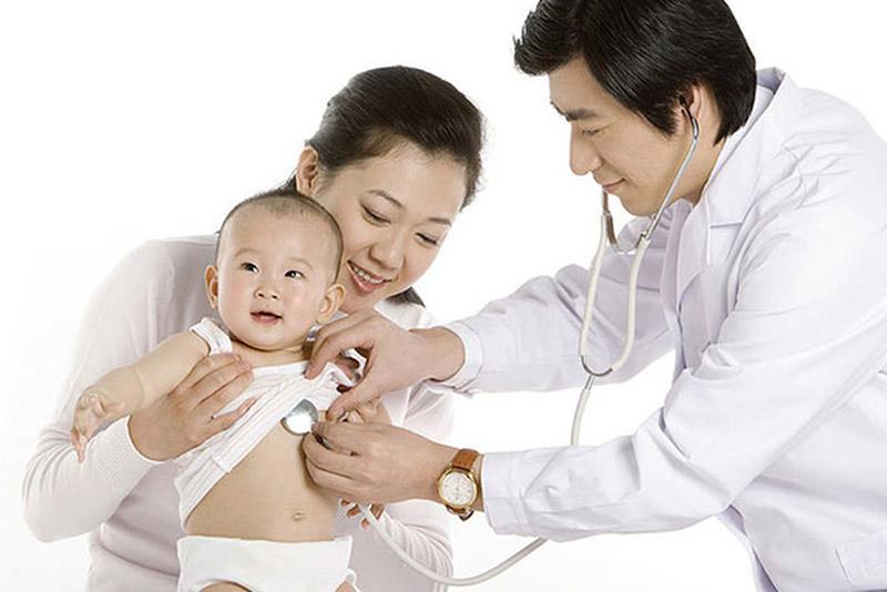 Cha mẹ nên đưa trẻ tới gặp bác sĩ ngay khi có những triệu chứng bất thường