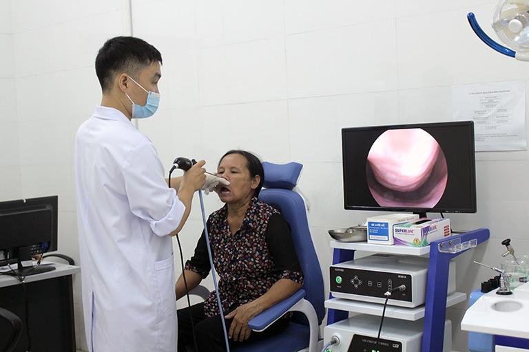 Bệnh nhân khám, chữa viêm amidan tại Quân dân 102