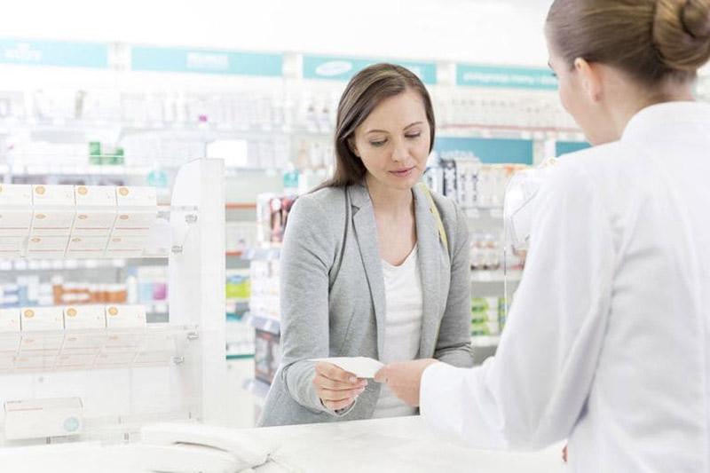 Hãy nói chuyện với bác sĩ trước khi sử dụng thuốc loại thuốc uống chứa retinoid để tránh các tác dụng phụ nguy hiểm