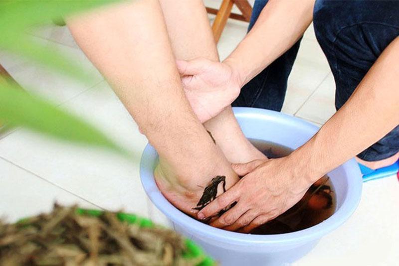 Ngâm rửa vùng da chỉ vảy nến hằng ngày bằng các loại thảo dược tự nhiên có thể cải thiện triệu chứng bệnh