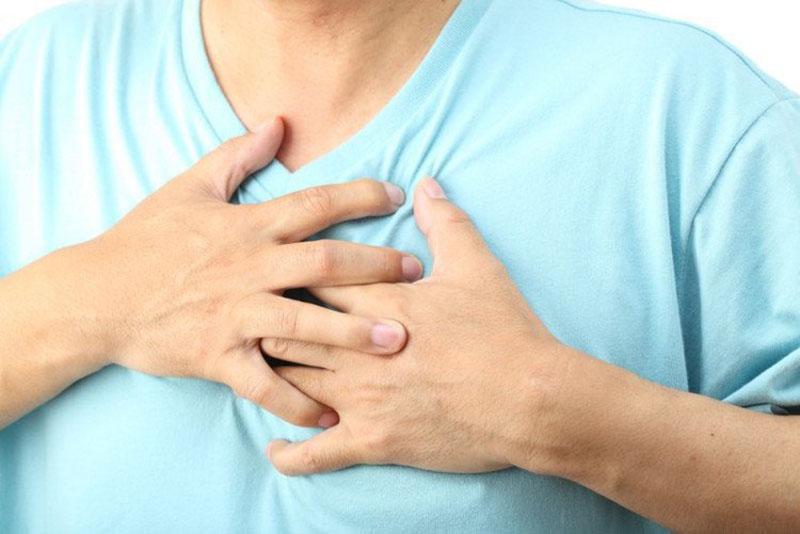 Đau tức ngực là triệu chứng thường gặp ở người bệnh viêm phế quản phổi