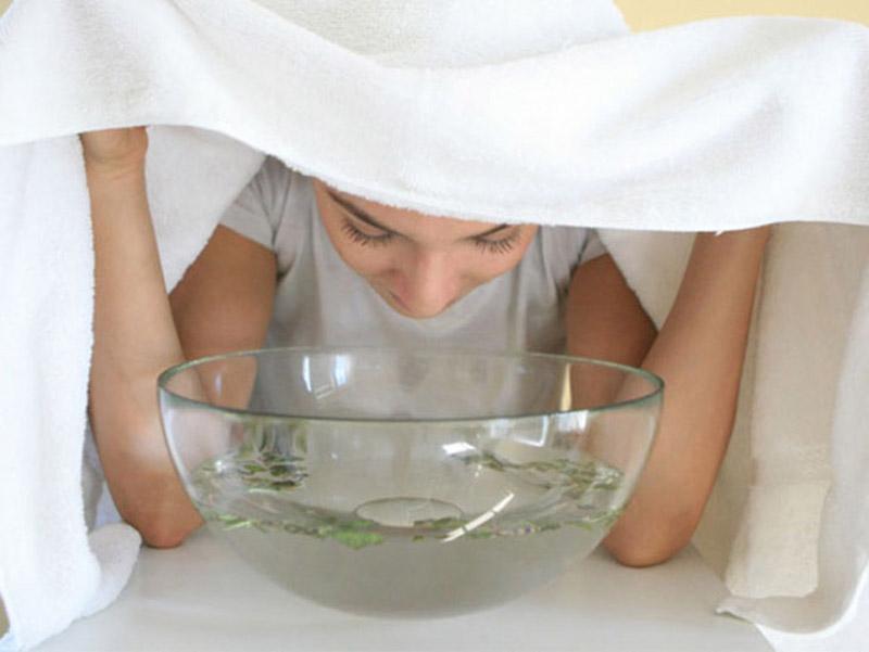 Xông mặt với lá bạc hà để trị dị ứng da mặt