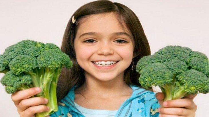 Bổ sung nhiều nước, rau củ trái cây tươi vào khẩu phần ăn của trẻ