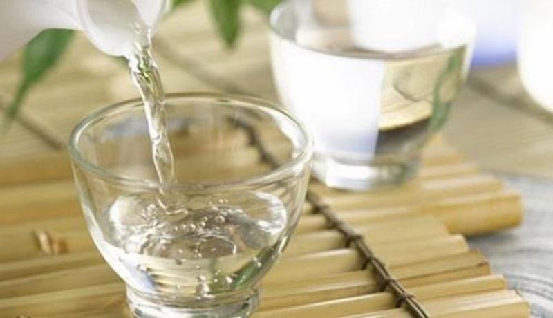 Trị mề đay bằng rượu là phương pháp dân gian thường sử dụng