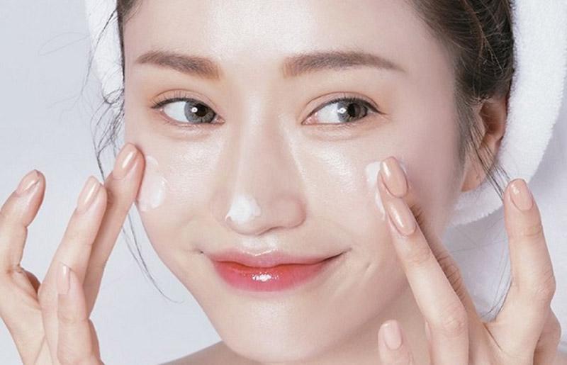 Sử dụng kem dưỡng ẩm đúng cách để cải thiện tình trạng kích ứng da bị tổn thương