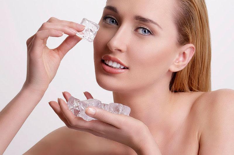 Làm mạt da mặt bằng nước đá lạnh giúp se khít lỗ chân lông, ngừa chảy xệ