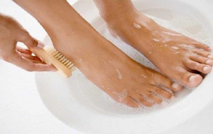Vệ sinh da chân sạch sẽ mỗi ngày