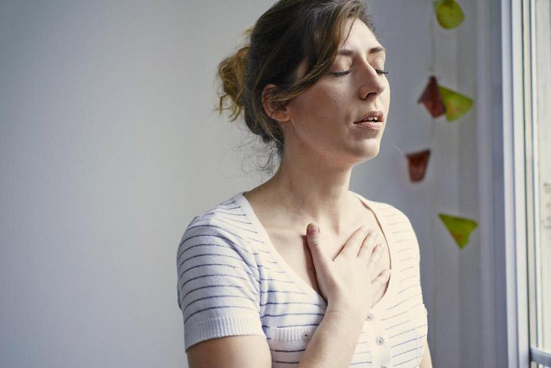 Mẩn ngứa kèm khó thở thì cần tới ngay cơ sở y tế gần nhất