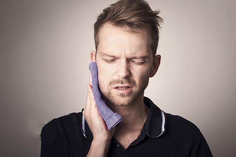 Sau cắt amidan người bệnh có thể gặp một số di chứng như đau, chảy máu...