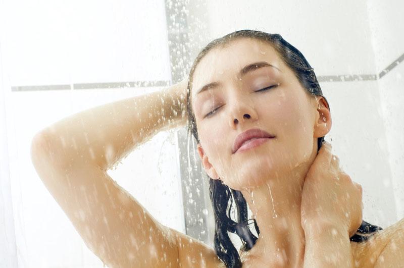 Tắm để loại bỏ bụi bẩn và vi khuẩn trên da