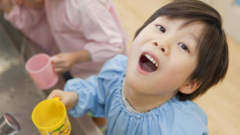 Cha mẹ có thể hướng dẫn trẻ súc họng bằng nước muối để cải thiện tình trạng ho nhiều