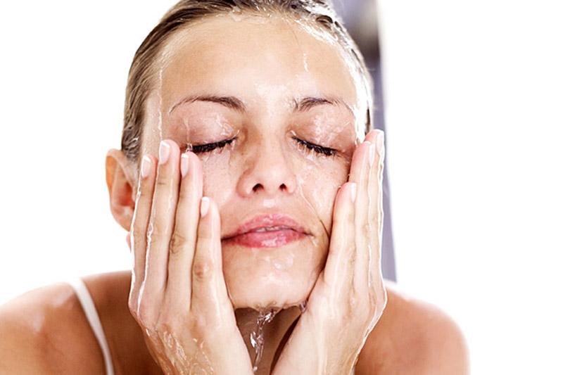 Vệ sinh da bị nhiễm corticoid bằng các sản phẩm chuyên dụng để làm sạch và cải thiện các triệu chứng kích ứng