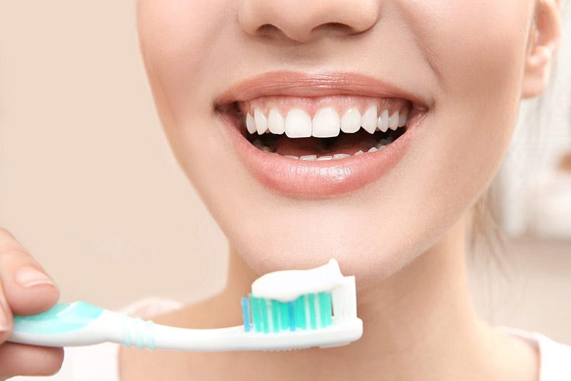 Vệ sinh răng miệng sạch sẽ giúp cải thiện tình trạng hôi miệng rất tốt