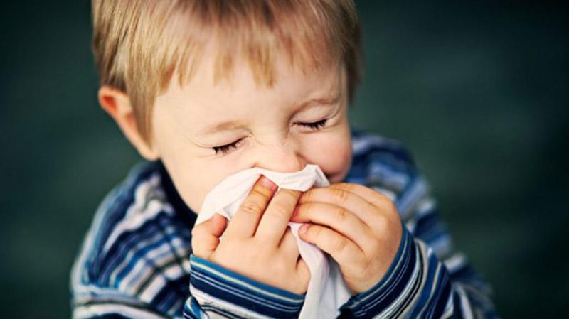 Bệnh thường bắt đầu bằng những dấu hiệu viêm đường hô hấp trên, tương tự như cúm, cảm lạnh