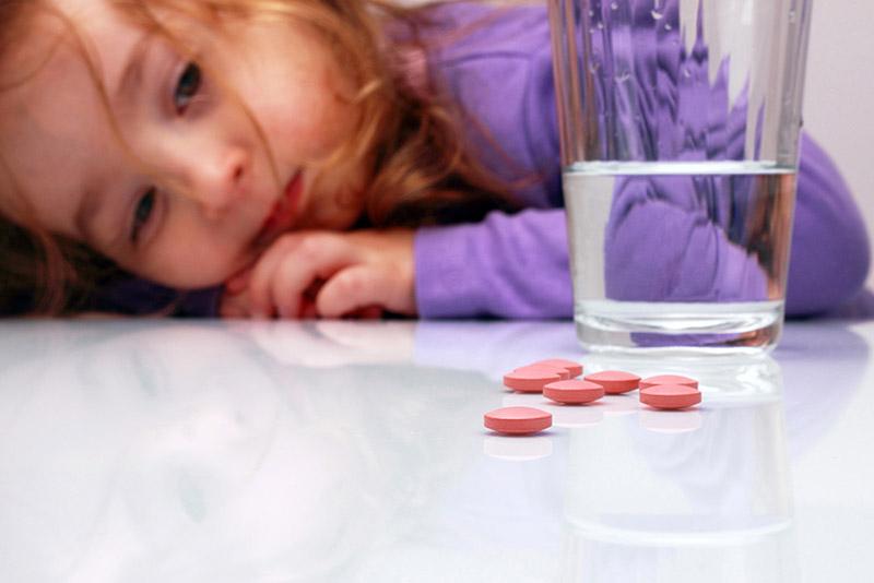 Cho trẻ dùng thuốc theo hướng dẫn của bác sĩ