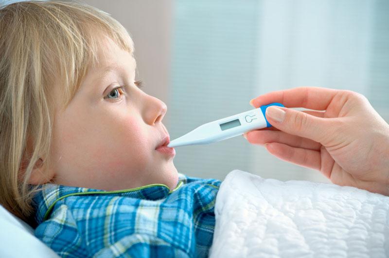 Viêm phế quản có thể khiến trẻ sốt từ nhẹ đến nặng tùy theo thể trạng và giai đoạn bệnh