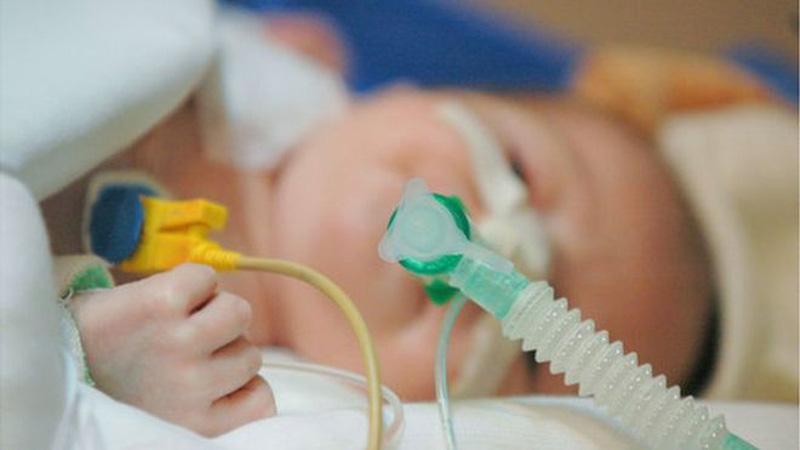 Viêm phế quản ở trẻ rất dễ dẫn tới viêm phổi và suy hô hấp nếu cha mẹ lơ là trong điều trị