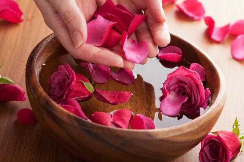Cánh hoa hồng chứa nhiều hoạt chất chống oxy hóa và các vitamin giúp tăng cường hiệu quả thanh lọc và bảo vệ da