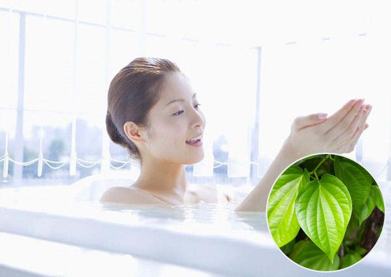 Tắm lá trầu không có thể giúp cải thiện tình trạng viêm, đỏ, ngứa ngoài da
