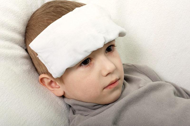 Chườm mát giúp hạ thân nhiệt ở trẻ hiệu quả và an toàn