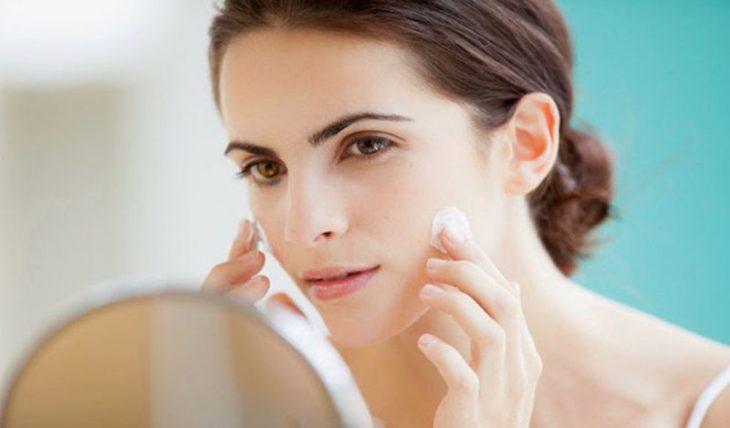 Sử dụng thuốc bôi ngoài da để điều trị triệu chứng da mặt khô ngứa mẩn đỏ