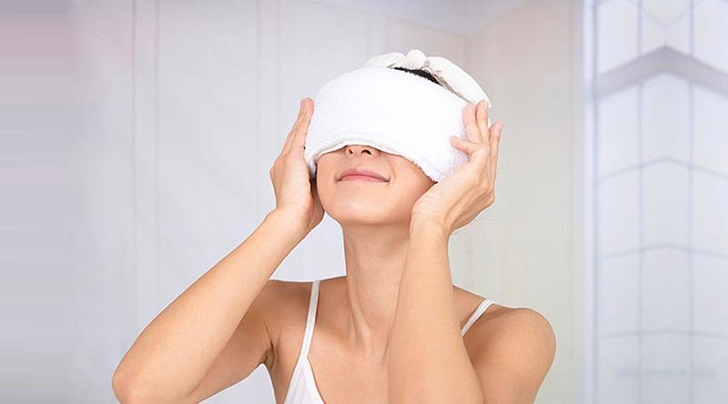 Dùng khăn ấm đắp mũi để làm giảm tình trạng nghẹt mũi