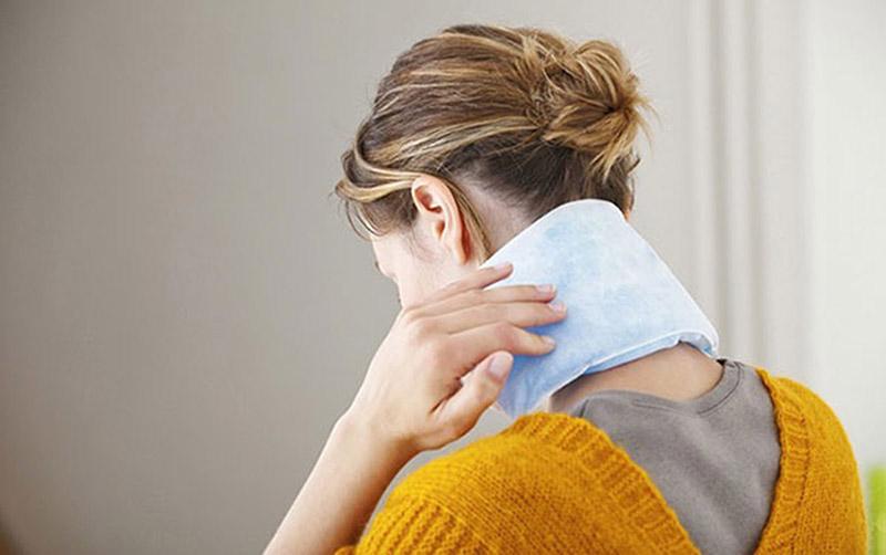 Chườm lạnh giúp làm dịu da, cải thiện tình trạng khô rát, ngứa ngáy