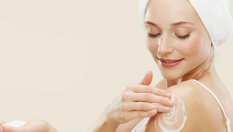 Bôi kem dưỡng ẩm ngay sau khi tắm có thể hạn chế nguy cơ mẩn ngứa, mề đay