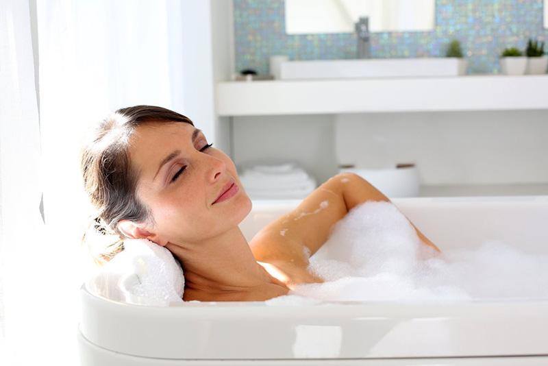 Tắm quá lâu khiến trở nên khô rát, dễ bị mẩn ngứa hơn